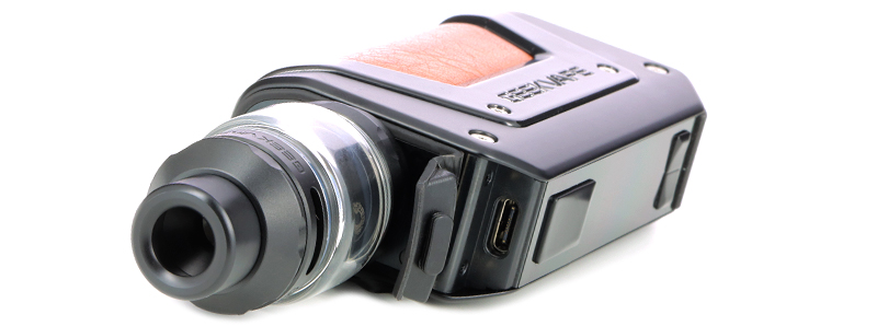 El puerto de carga micro-USB-C, del kit Aegis Legend 2 L200 de Geek Vape
